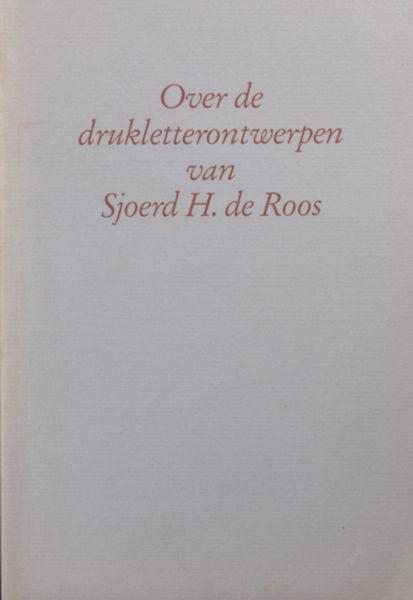 Dooijes, Dick. Over de drukletterontwerpen van Sjoerd H. de Roos.