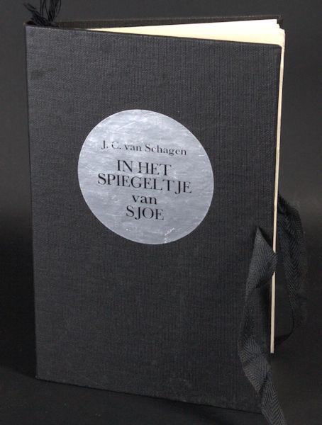 Schagen, J.C. van. In het spiegeltje van Sjoe.