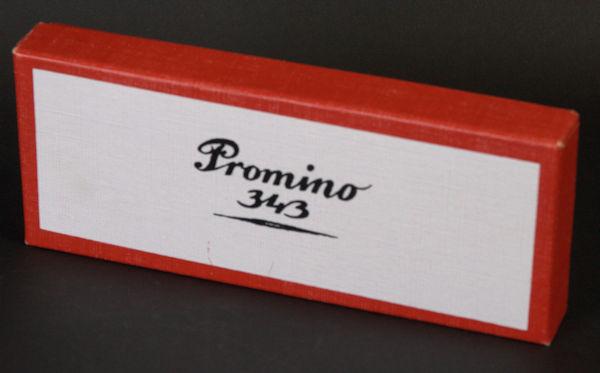 Houweling, Jos. Promino. Dominospel. Met blanco stenen, beplakt met verschillende papiersoorten. Alleen echte papierkenners weten wat ze tegen wat moeten leggen.